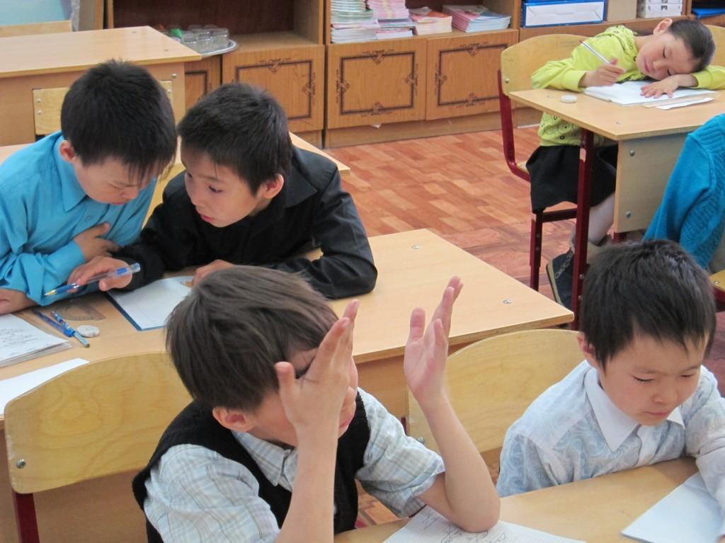 Слева направо. Первая парта: Болин Валера (2-й год обучения), Яроцкий Сергей (2 г.о.); вторая парта - Яптунэ Иосиф (3 г.о.), Найвоседо Севастьян (3 г.о.)