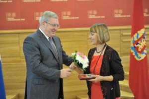 Губернатор Красноярского края В.А. Толоконский вручает почетный знак И.Г. Литвинской