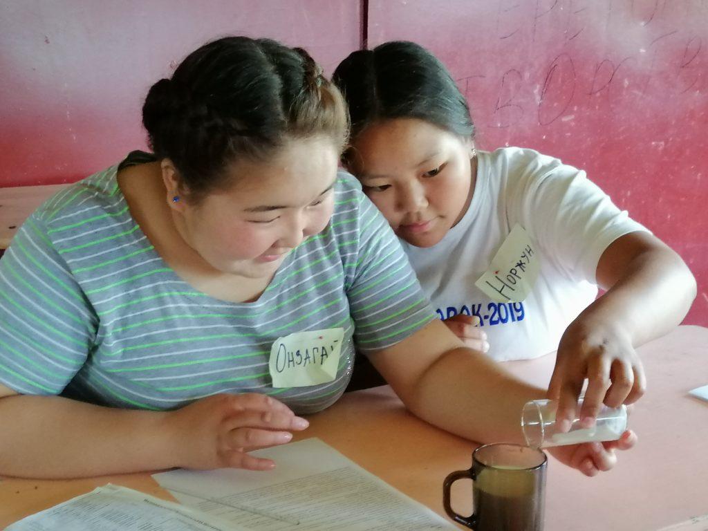 Участники-гости из Тывы анализируют качество молока