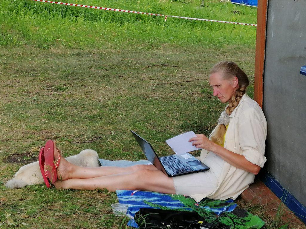 Марина Александровна Хмырова готовится к занятиям: перерабатывает тексты для методики Ривина. Помогает Василиса
